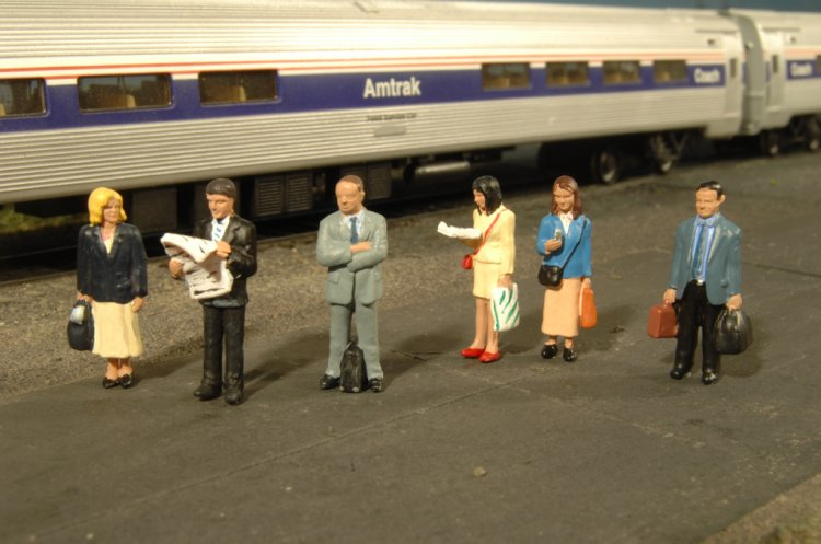 Standing Platform Passengers - O Scale - Click Image to Close