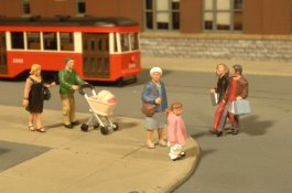 Strolling People - O Scale