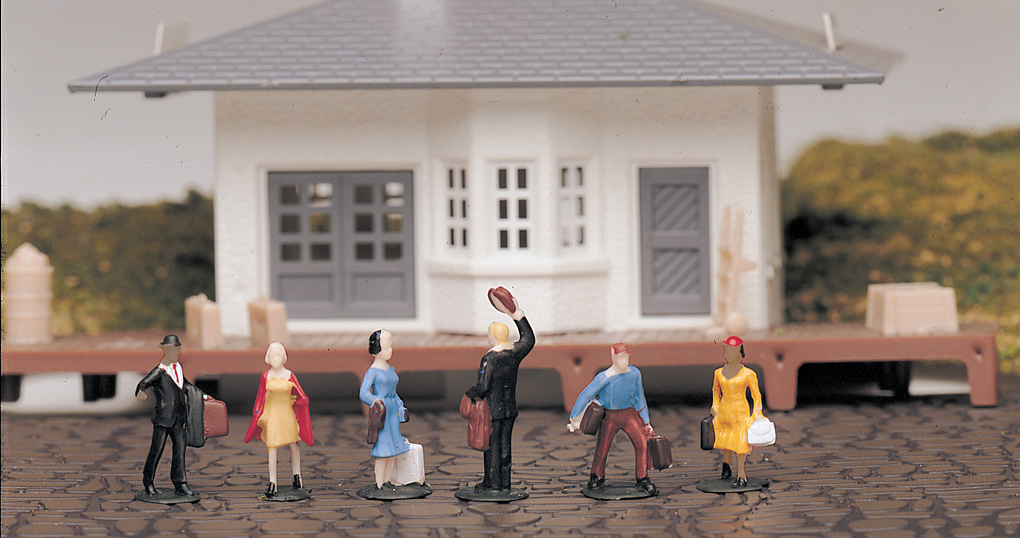 Waiting Passengers (HO Scale)